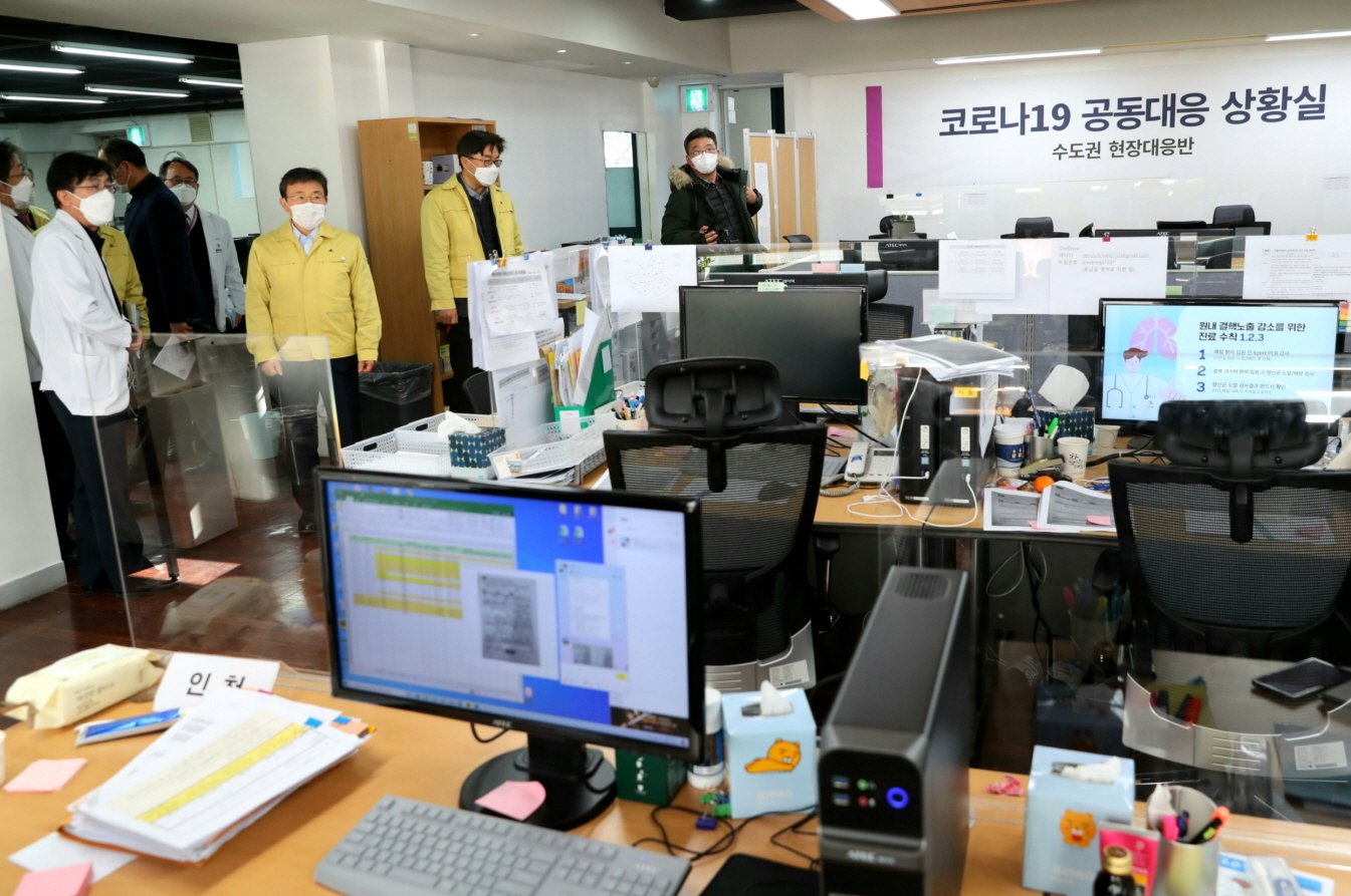 Minister Kwon Visits Joint Situation Room in Seoul Area12